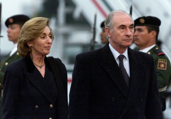 ARGENTINA'S PRESIDENT FERNANDO DE LA RUA IS WELCOMED TO MEXICAN FOREIGN MINISTER ROSARIO GREEN.