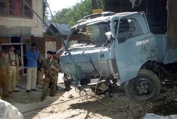 INDIAN POLICEMEN ATTEMPT TO RETRIVE THIER VEHICLE AFTER LANDMINEEXPLOSION IN MIRHAMA.
