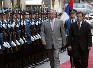 Serbian Prime Minister Kostunica and his Croatian counterpart Sanader review guard of honour in Belgrade