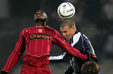 Cheyrou of Girondin Bordeaux fights for the ball with Diarra of Lens during French ligue 1 soccer match in Bordeaux