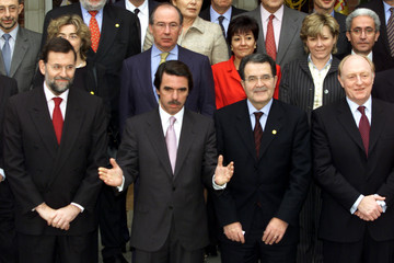 SPANISH GOVERNMENT AND EU COMMISSIONERS POSE FOR FAMILY PHOTO.