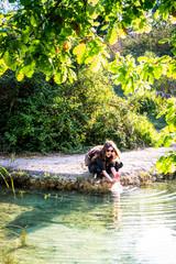 Fillette au bord d'un bassin des thermes Bagno Vignoni de San Quirico d'Orcia en Toscane