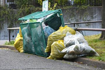 カラス対策などをしているゴミ置き場(日本のごみ収集所風景)