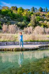Femme au bord d'un bassin des thermes Bagno Vignoni de San Quirico d'Orcia en Toscane