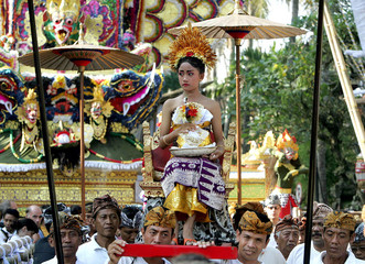The grand-daughter of the late Princess Tjkorda Istri Muter is carried during a procession to collec..