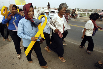 Cambodians hold symbols for freedom of expression in Phnom Penh