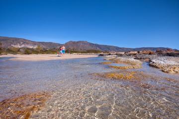 Wakacje na Krecie w Grecji. Idealna plaża Elafonissi z krystaliczną wodą.