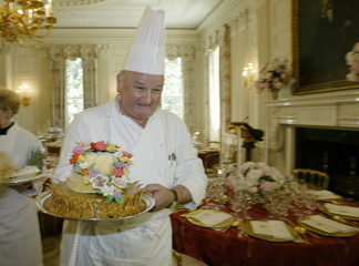 FRENCH CHEF ROLAND MESNIER CARRIES A DESSERT FOR THE WHITE HOUSE STATEDINNER AT THE WHITE HOUSE IN ...