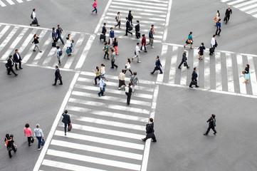 Fotomurales - Menschen überqueren eine Straßenkreuzung in Tokyo, Japan