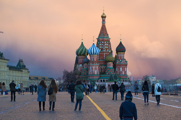 Mosca, 25/04/2017: tramonto alla Cattedrale di San Basilio, costruita dal 1555 al 1561 su ordine dello zar Ivan il Terribile per commemorare la presa di Kazan e Astrakhan