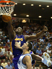 LAKERS O'NEAL DUNKS OVER MAGICS DECLERCQ.