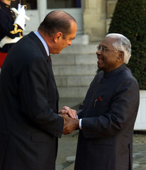 Indian President Raman Narayanan (R) is welcomed to the Elysee Palace by French President Chirac Apr..