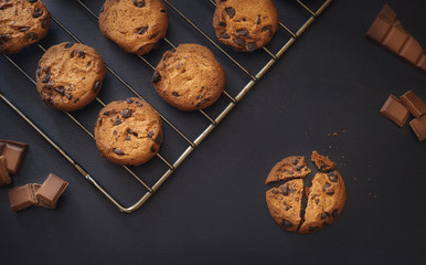 Poster Koekjes Chocolate chip cookies over dark background
