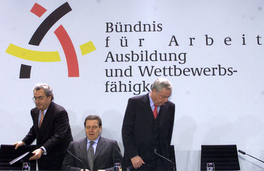 GERMAN CHANCELLOR SCHROEDER ARRIVES WITH HUNDT AND SCHULTE FOR A NEWSCONFERENCE IN BERLIN.