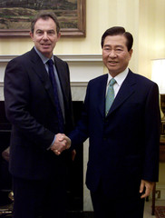 BRITAIN'S PRIME MINISTER TONY BLAIR GREETS PRESIDENT OF THE REPUBLIC OFKOREA KIM DAE-JUNG AT DOWNING STREET.