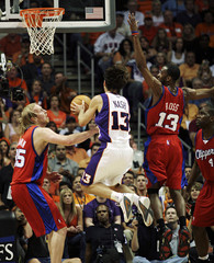 Suns guard Nash scores against Clippers in Phoenix