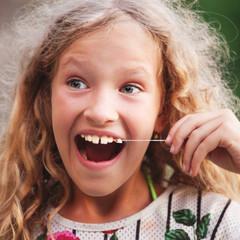 Girl pulled himself teeth