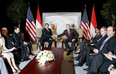 US President Bush shakes hands with Indonesian President Yudhoyono in Pusan