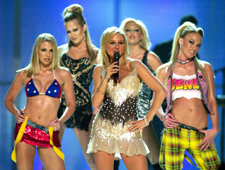"Singer Jewel (C), with dancers in the background, performs the song ""Intuition"" during the ""VH1 Diva.."