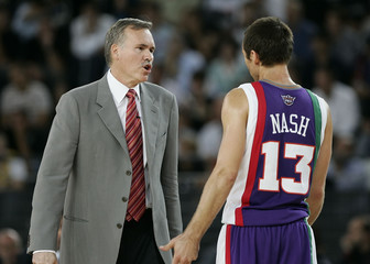 Phoenix Suns coach Mike D'Antoni talks with Steve Nash during exhibition match against Virtus Lottomatica in Rome