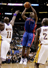 PISTONS BILLUPS SHOOTS BETWEEN LAKERS MALONE AND PAYTON IN GAME 1 OF NBA FINALS.
