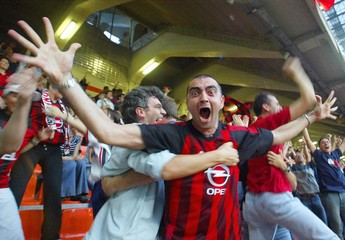 AC MILAN CHEERS TEAM IN MILAN DURING MANCHESTER'S CHAMPIONS LEAGUEFINAL.