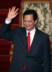 Vietnam's PM Dung waves after his speech at parliament in Tokyo