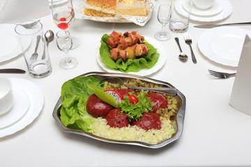 Stół z jedzeniem i piciem w restauracji, mięsa, warzywa, katering.