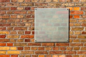 Backsteinwand mit Werbeschild aus Glas Hintergrund