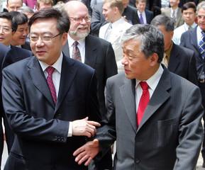 World Health Organization chief Lee Jong-wook talks with Thailand's Minister of Public Health Suchai Charoenrattanakul in Bangkok