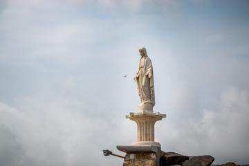Vierge sur la digue du port de Porto Santo Stefano en Toscane