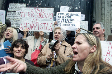 DEPOSITORS PROTEST BANKING RESTRICTIONS IN ARGENTINA.