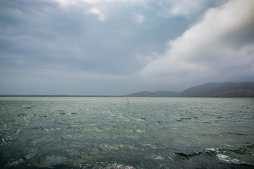 La lagune d'Orbetello en Toscane sous la pluie