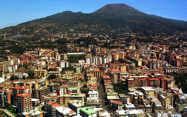 - FILE PHOTO TAKEN 06AUG97 - A view of Mount Versuvius looming over the southern Italian city of Nap..