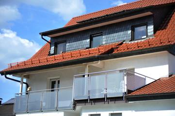 Modernr Balkon mit Edelstahl-Geländer an Hausfront