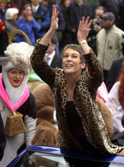 JAMIE LEE CURTIS THROWS CANDY TO THE CROWDS.
