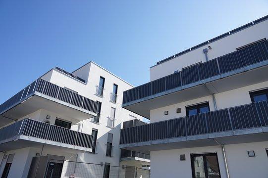 Immobilienmarkt: moderner Neubau kurz vor der Fertigstellung