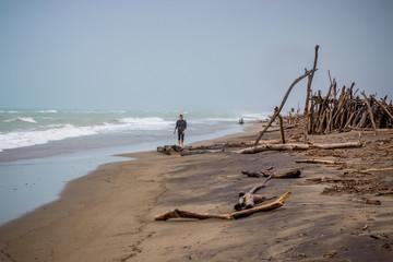 Jeune homme sur la Plage du Parc naturel régional de la Maremma en Toscane