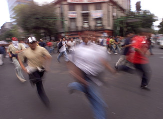 STUDENTS RUN DURING A REMEMBRACE EVENT IN MECICO.