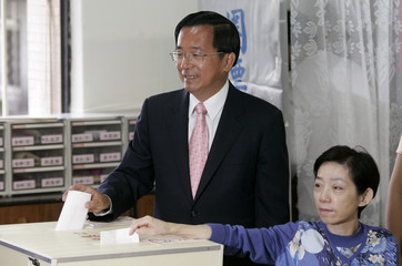 Taiwan's President Chen Shui-bian and his wife Wu Shu-chen cast their votes during the legislative election in Taipei
