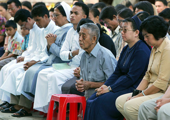 Indonesians in Nias attend mass to pray for victims of quake and the Pope.