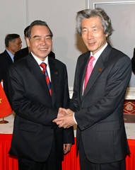 Japanese PM Koizumi meets with Vietnam PM Khai in Kuala Lumpur