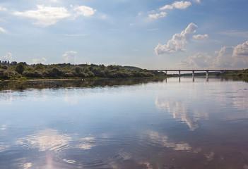 Река Ока в городе Калуга. Широкая река, на заднем плане автомобильный мост. Россия.