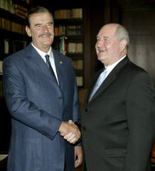 Mexican president Fox shakes hands with Governor of Georgia Perdue.