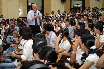 US Treasury Secretary Paulson stands among Vietnamese students during speech and Q & A session at National Economic University in Hanoi