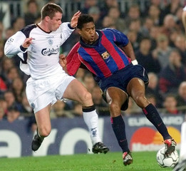 BARCELONA'S KLUIVERT AND LIVERPOOL'S CARRAGHER DURING THEIR EUROPEANCHAMPIONS LEAGUE GROUP B SOCCER MATCH.
