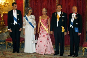 Estonia's President Toomas Hendrik Ilves and his wife Evelin pose with Spain's royal family in Madrid