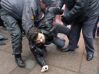 """Police scuffle with protester during """"Dissenters' March"""" opposition rally in St Petersburg"""