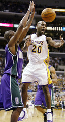 LOS ANGELES LAKERS GARY PAYTON PASSES PAST MILWAUKEE BUCKS SMITH.