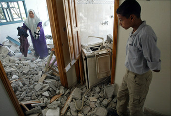 PALESTINIAN INSPECT REMAINS OF THEIR HOUSE DESTROYED BY ISRAELISOLDIERS IN BEIT HANOUN.